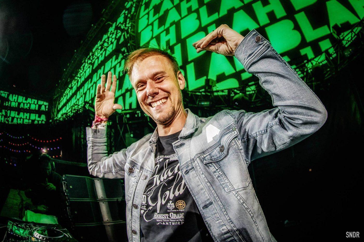 """Armin van Buuren pone a la venta su chamarra """"Blah Blah Blah"""""""